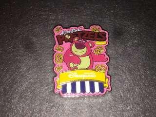香港迪士尼 徽章 Disney Pin Popcorn & Pretzel Lotso 勞蘇