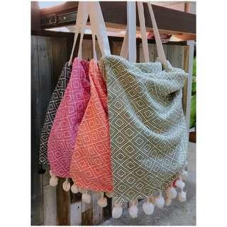 🚚 圖騰紋毛球布包