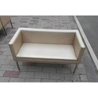 快樂福二手倉庫.金色雙人皮製沙發等候椅A00139