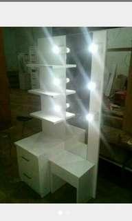 Meja rias lampu