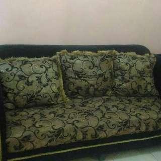 Sofa dan bantal warna hitam gold.minus meja saja.harga nego