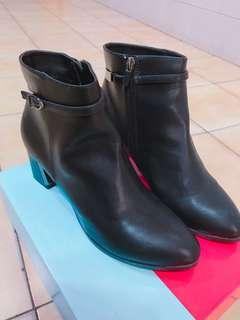 🚚 達芙妮黑色美靴