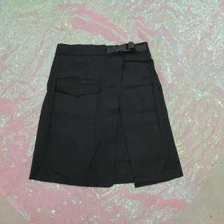 安全扣造型開衩短裙