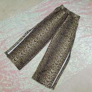 兩側釦子開衩造型豹紋寬褲