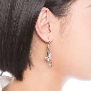 Glamorousky 花中蝶耳環配銀色奧地利元素水晶及水晶琉璃