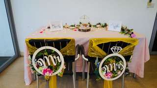 Solemnisation table and chairs deco