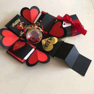 Explosion box with personalised photo shaker , 8 waterfall, pull tab in black , red & gold