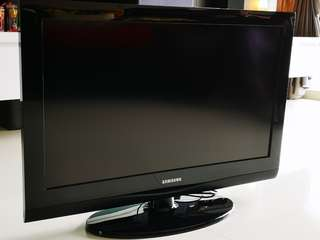 """Samsung 32"""" TV to let go, 9/10 condition. Don't wait liao 🏃🏃🏃"""