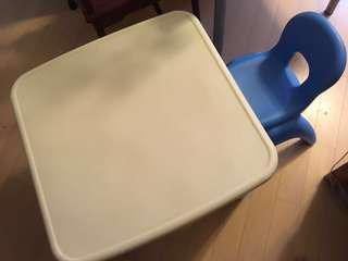 兒童膠枱椅各一