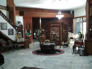Di jual Rumah mewah 3 lantai di bawah pasaran lokasi di Bambu apus