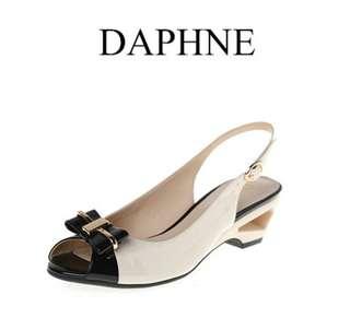 🚚 Daphne/達芙妮夏季女鞋舒適中跟蝴蝶結後扣帶女涼鞋全新清倉 挑戰最低價 任選3雙免運費