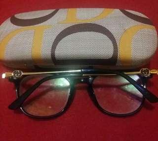 Kacamata GUCCI warna Navy/Biru Gelap. minus 0,75, di jual pengin ganti yang baru