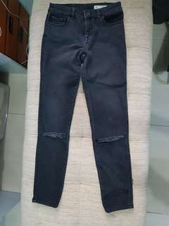 ZARA MID RISE SKINNY RIPPED JEANS SIZE04 (FITS SIZE 02)