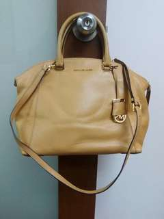 Michael Kors Handbag. Bought but never used. Come with dustbah and tags.