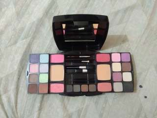 Aido makeup kit