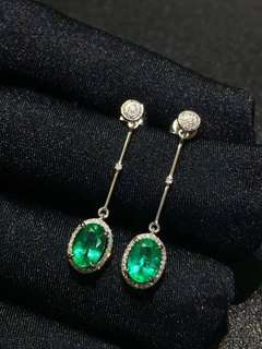 18k金祖母绿耳钉 秒杀🉐💰3480(不议价) 浓绿 色美❣️ 晶体干净,重金 性价比超高 上耳灰常好看 气质高雅 金重:2.15克,石重:1.60ct,钻石:92+2颗大钻 附赠证书 🎁礼盒。