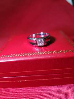 男裝鑽石戒指~主石45份 顏色約 F - G色~20號圈口 重量:1錢5分5厘 高質素(超乾淨,高色,切割超靚~ 超閃~真實靚過相片) $9800 保證真貨~如假包換~可以去驗證 如有興趣請pm我