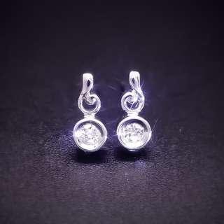 【D-W 香港鑽石世界】全新PT900純白金 15份 韓系設計 精緻鑽石耳環--001121--25