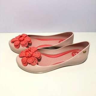 🚚 Kid's Zaxy 小朋友的 香香鞋 巴西尺寸30,33(立體花朵 平底娃娃鞋-米色)