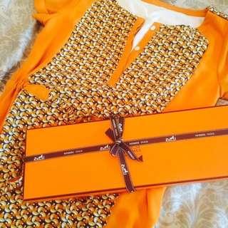 🚚 專櫃品牌 愛瑪仕橘色几何圖設計感 收腰綁帶式 高質量雪紡紗 襯衫扣式短袖連衣裙洋裝
