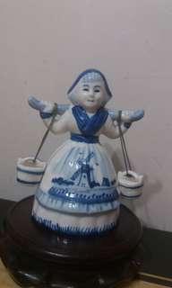 荷蘭皇家Royal belft藍瓷手繪人偶擺件  (傳統農婦人)