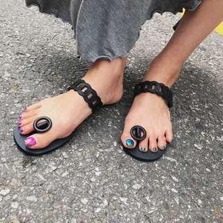【H.BANDWAGON】韓國時尚個性環扣鏤空造型夾腳平底涼拖鞋
