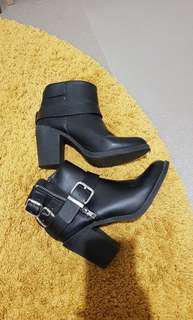 Black boots size 36