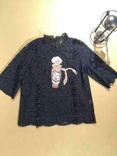 🚚 出清特價🉐️ 仙氣玫瑰蕾絲串珠香水喇叭寬袖荷葉立領上衣-黑S