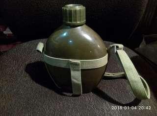 那些年旅行用,軍綠色水壺一個。