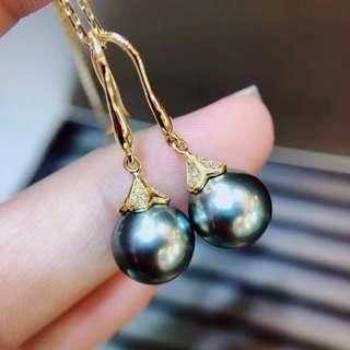 9.5-10mm大溪地黑珍珠。18K金鑽石鑲嵌.金重1.38克.鑽石0.075ct。珠子皮光細膩.強光微瑕.特價¥4700 帶走不議價。
