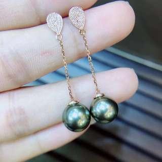 9.5-10mm大溪地黑珍珠耳環。18K金鑽石鑲嵌.金重1.05克.鑽石58粒0.145ct。珠子皮光細膩.皮光非常好.一顆無瑕,一顆一個瑕.特價¥4800 帶走不議價.這批珠子都很漂亮!!!