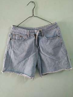 Celana pendek , jeans
