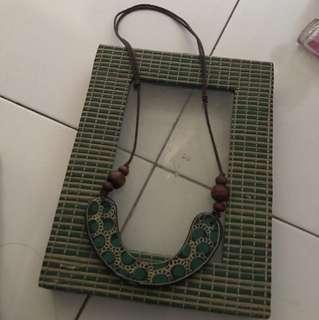 kalung kayu bisa bolak balik motif
