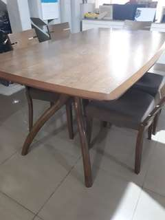 Dining table capacity of 6 chairs