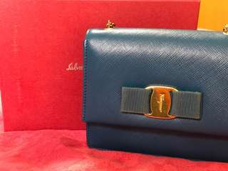 Ferragamo vara bow clutch (90%new!)