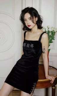 🚚 搖擺牌 閃鑽黑色絲絨吊帶裙