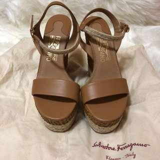 <搬屋清鞋櫃><NEW> 飛甩雞毛全新涼鞋 Ferragamo brand new sandals