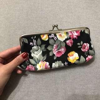 🚚 花朵圖案設計銀扣小包。化妝包。黑色。收納包。Flowers。