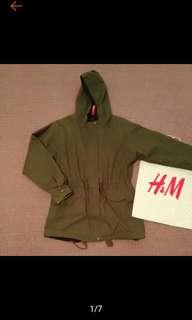 🚚 H&M 點點 軍綠 連帽 縮腰 中長版 外套