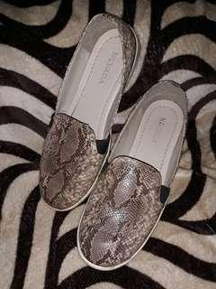 Sepatu motiv ular