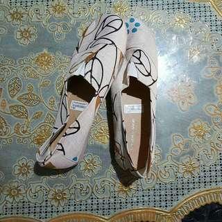 Sepatu Elastis Canvas