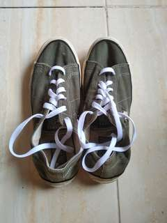 convers one star sneakers