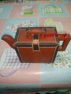 宜興紫砂壺名美術工藝大師 韓美林作品皮箱茶壶 六人份 磚紅色 是一件非常有質感的茶壺 收藏 蠻久 讓給喜歡收藏的人 特價賣出