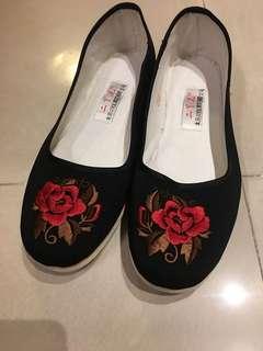 🚚 [全新]北京 純手工 黑色繡花鞋/娃娃鞋/布鞋-24.5號