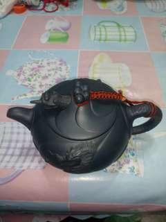 清朝 時代 卲大亨名大師作品魚化龍壶藍色六人份 非常精緻 砂土亮美 質感超好是個很好的茶壺 收藏很久 讓給希望收藏的人 特價賣出