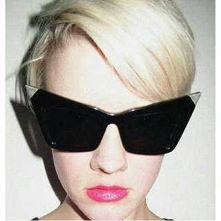 Cat eye sunglasses with metal tips