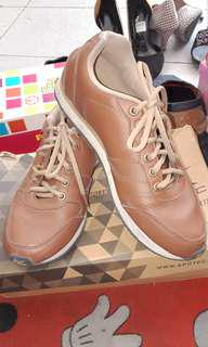 Sepatu coklat