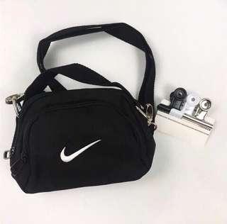 。翻玩 Nike miniswoosh bag 小包(附贈夾子)。