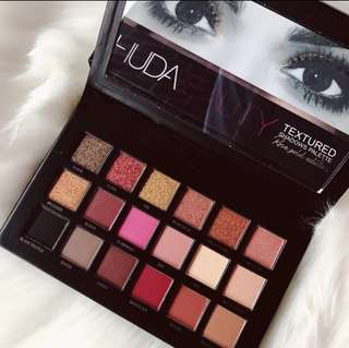 Huda beauty textured shadows rose gold edition palette