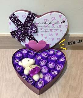 🌹🌷Beautifully Handmade real soap🌷🌹roses gift box with a bear 😃Ideal for Valentine's Day/Mother's Day/Birthday/Anniversary 😁 Do refer to photos (real actual photos taken!)👏🏻Comes with a nice paper carrier👏🏻*FREE greeting card upon request*